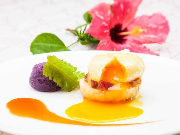 特製島豚ベーコンと県産卵を使用した「エッグベネディクト」