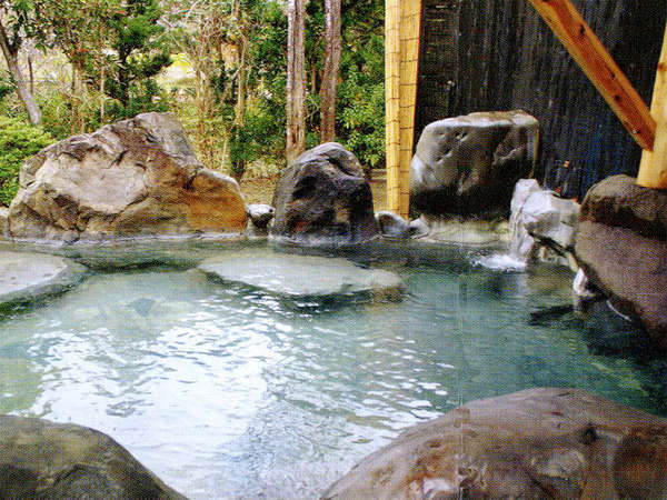 【岩づくりの露天風呂】日本100名湯!特効温泉の紫尾温泉を山々を眺めながら楽しめます。