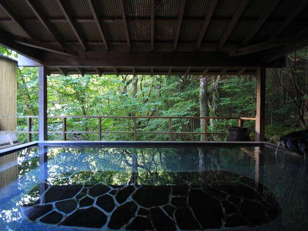 渓流沿いにある貸切露天風呂