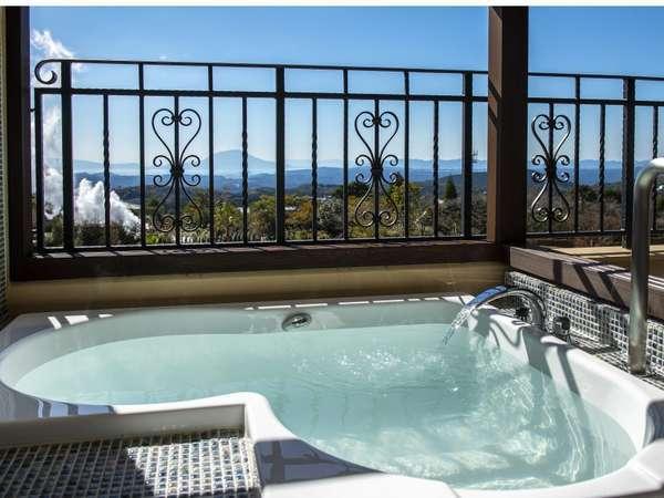 【客室イメージ】テラスに半身浴を愉しめるビューバス。眺望をひとり占めしながら天然温泉を。