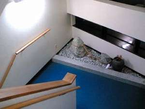 手すりの付いた階段。夫婦岩のモニュメントもあります。