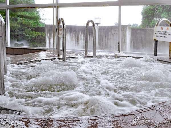 【入浴設備】勢いよく気泡で満たされているジャグジー