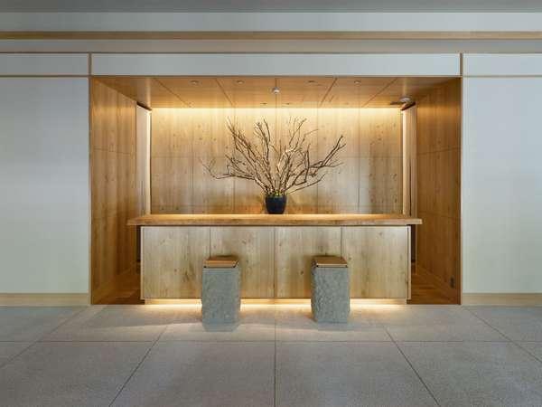 フロントは、北海道産の木材を使用した、温かみのある空間デザインにしております。