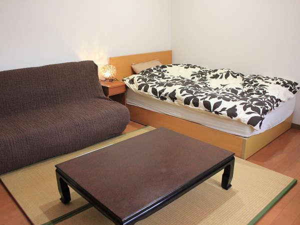 *【洋室一例】シングルベッド+ソファーベッド+畳を配したモダンなお部屋(8畳)