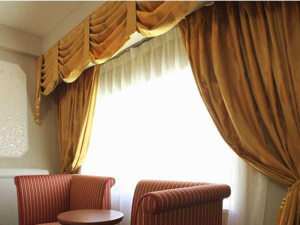 ★クラシックなソファやドレープカーテンが、明るく華やかなゲストルームを演出♪