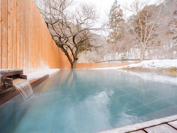 2020年秋リニューアル「こもれび乃湯」露天風呂:昼※モダンな雰囲気でサウナを併設する露天呂。