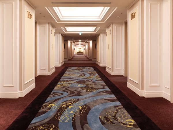 ゆとりあるエレベーターホールから客室へ・・・