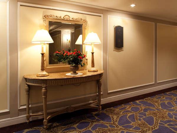 クラシック調の廊下はゆったりとした空間造りとなっております。