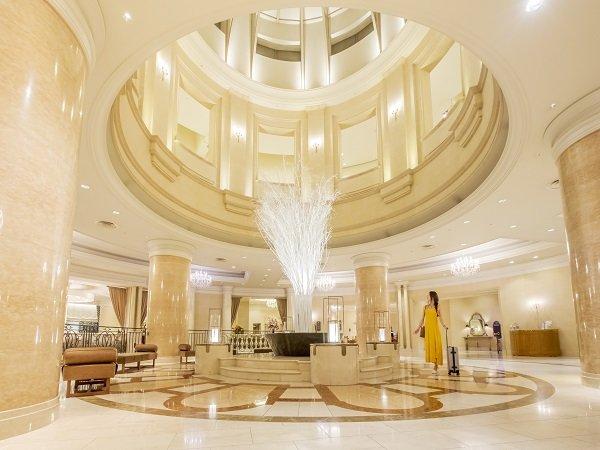 2階エントランスホールは中心が吹き抜けとなっており、開放感があります