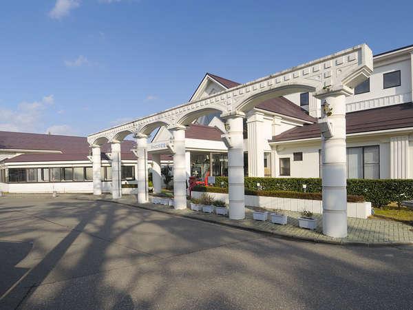 *会津の高台に位置する当館外観!会津盆地が見渡せる絶好のロケーションです。