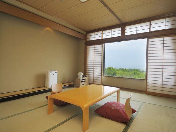 *伊草の香りに心安らぐ、清潔感のある和室(一例)。窓より大自然を眺めながらおくつろぎください。