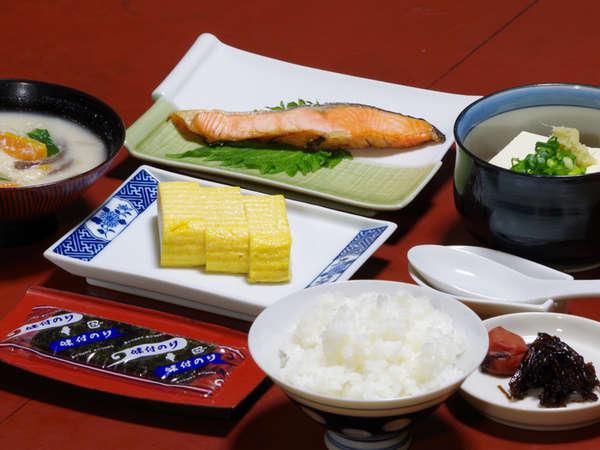 *【朝食一例】焼き魚やだし巻き、お味噌汁等…起きたての身体に優しい和定食をご用意致します。