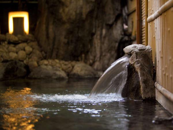 【半露天大浴場/男女別】単純泉で良質な温泉をお楽しみください。