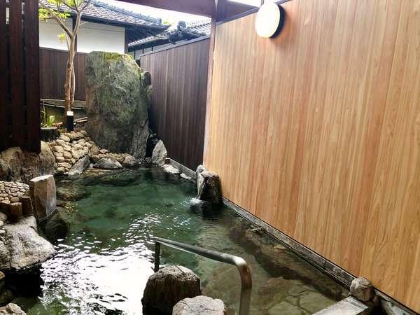 【半露天大浴場/男湯】単純泉で良質な温泉をお楽しみください。