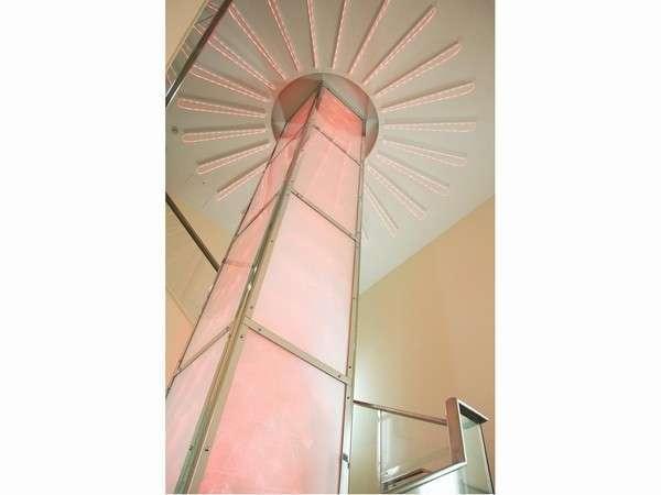 【ロビーアトリウム】エントランスロビーには7色に変わる柱が。