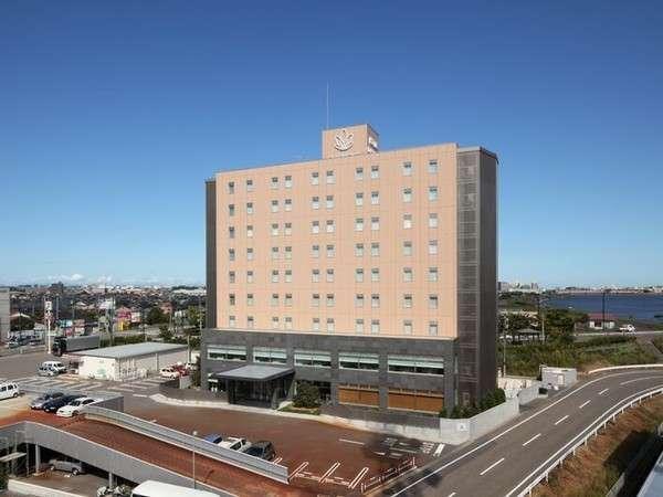 【ホテル外観】ご覧の通り周りには大きい建物がないので、四方パノラマ最高です。