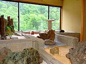 別館『四季』では日本庭園が風格・品格を漂わせる