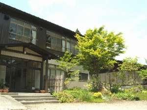 萱葺き屋根の自宅隣にある、湯治棟の本館よりお入り下さいませ♪