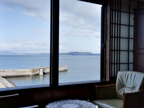 *【和室8畳(海側)】窓辺でほっと一息