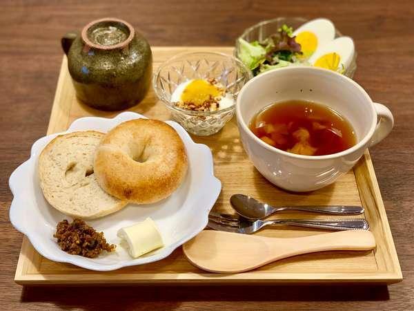 朝食は海士町の特産品や島内で取れた野菜などを使用しております