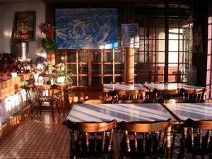 明るくて広い食堂です。ゆっくり食事を楽しめます。