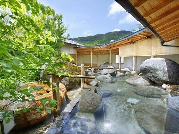 ◇【庭園露天風呂】庭園大露天風呂では大岩と季節の花を眺めながらご入浴いただけます。