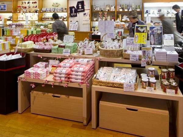 【売店「華篭」】温泉まんじゅうの他、鮎菓子やとち餅、海産物、庄内麩などの特産品を販売