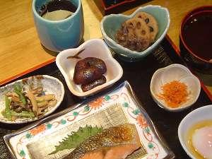 京都らしい小鉢が並ぶ朝食。
