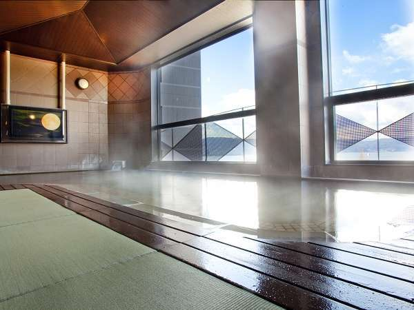 【大浴場】足元温かく、滑りにくい畳風呂。諏訪湖を一望いただけます