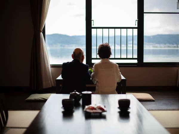 諏訪湖を眺めながゆっくりと過ごす客室