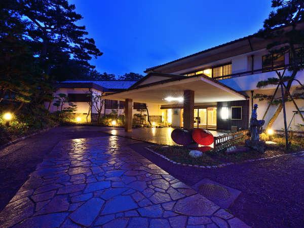*【外観/夜】三保の松原内に佇む和風旅館。ごゆっくりお寛ぎください