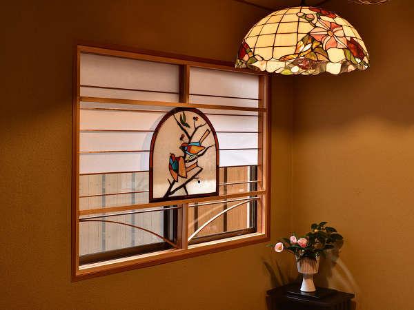 *【館内】ステンドグラスと障子を組み合わせた和洋折衷のしつらえ