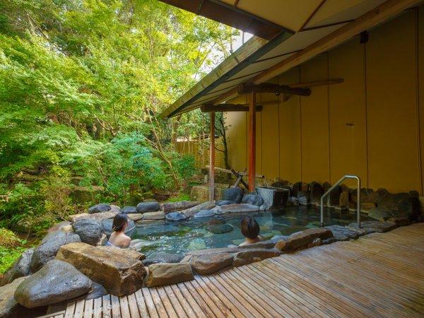 【大浴場:露天風呂】「朱雀の湯」開放感溢れる大浴場で四季を感じる