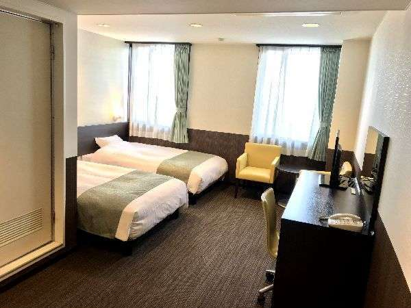 【ツインルーム】ベッド幅は123cmのセミダブルベッドを使用。お部屋の広さは24平米