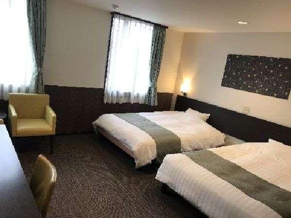 【ファミリーツインルーム】ベッド幅は140cmのダブルベッドを使用。お部屋の広さは26平米