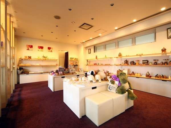 売店リニューアル。富良野のクリエーターさんたちの作品を展示しています。
