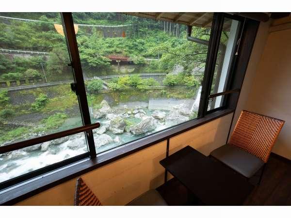 和室から観た中津川