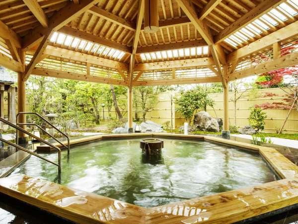 露天風呂【月美の湯】エメラルドグリーンの温泉で満たされている。