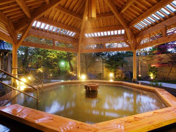 露天風呂【月美の湯】夕暮れ時は、しっとりした雰囲気になる。