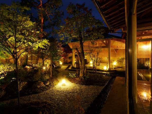 露天風呂【月美の湯】夜はライトアップされた庭園も楽しめる。