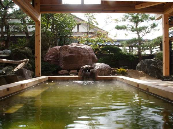 露天風呂【日高石庭の湯】日に照らされエメラルドグリーンに輝く名泉を楽しめる。