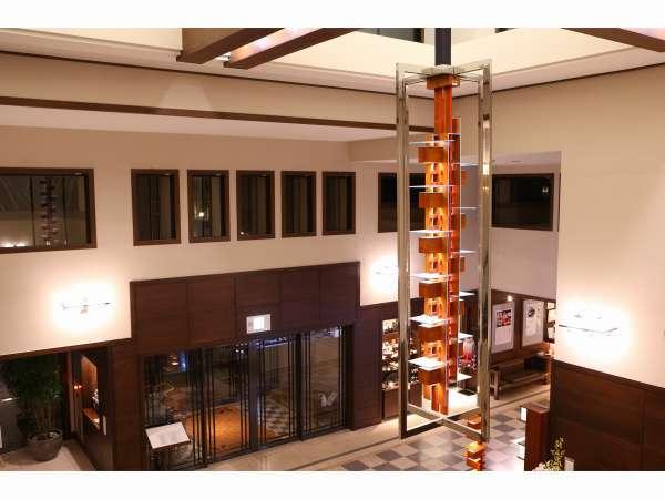 天井が高く開放感のあるロビーでゆったりとした時間をお過ごし下さい