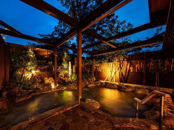 ライトアップされた庭が異国情緒溢れる露天風呂アイル。晴れの日は満点の星空が・・・。