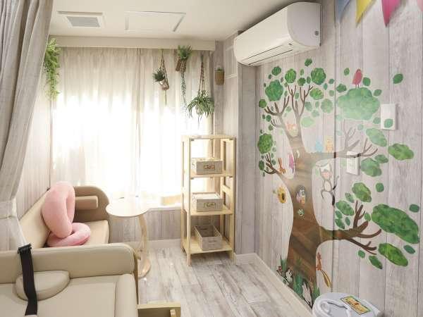赤ちゃん連れ歓迎ベビールーム誕生!可愛いお部屋で授乳用ソファが便利