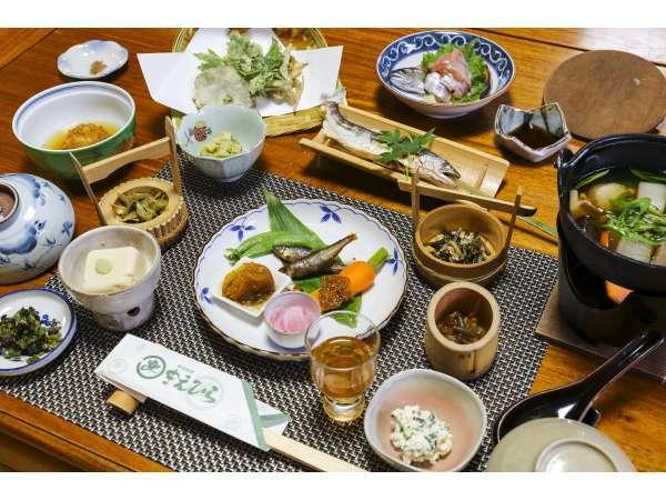 """春のだいはん会席:昔の当主""""半四郎""""が山と川の幸で考案した小館伝統の料理。"""