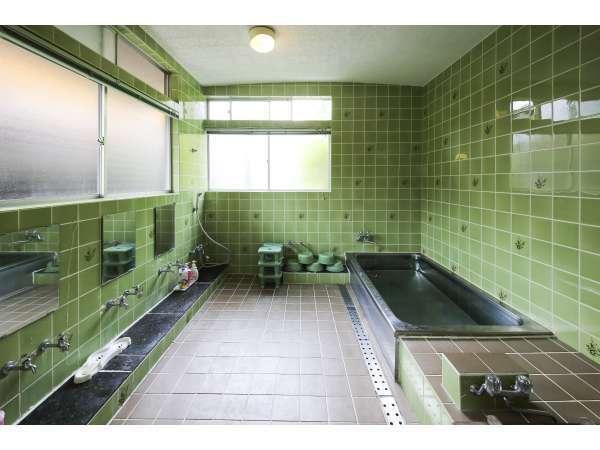 お風呂:旧館 ステンレスの浴槽で4から5名様のご利用が可能。昼の写真