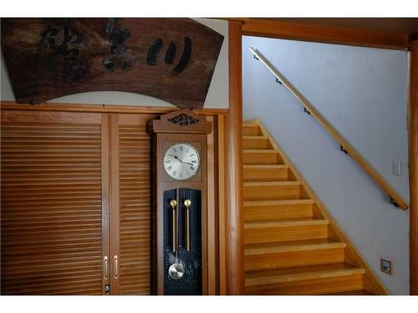新館玄関ホール:明治時代の看板と振り子時計。