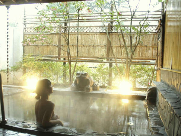【露天風呂】女性露天風呂。心地よい風をかんじながら、優雅に寛いで♪