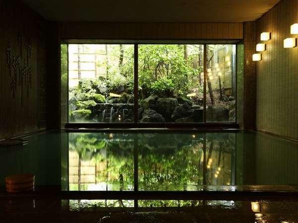 【別湯/カード式専用浴場】湯に浸かりながら滝を眺めることができる