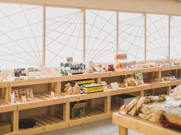 売店が2019年4月にリニューアル!北陸ならではのお土産が豊富です。
